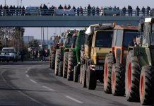 μπλόκο αγροτών στον κόμβο της Νίκαιας